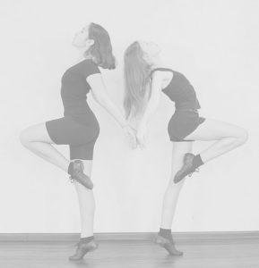 ダンスする二人の女の子